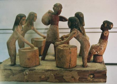 Scène de brassage de bière sous le regard du maître de l'Égypte antique - © musée des beaux arts de lyon